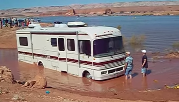 Motorhome-gets-stuck-in-a-mud-pit